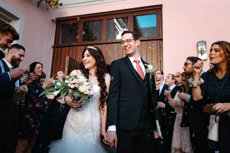 Hochzeitsfotograf - Brautpaar wird von Hochzeitsgesellschaft empfangen