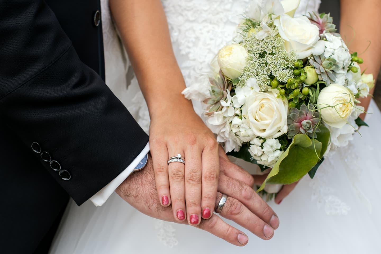 Hochzeitsfotograf | Detailaufnahme Eheringe mit Brautstrauß