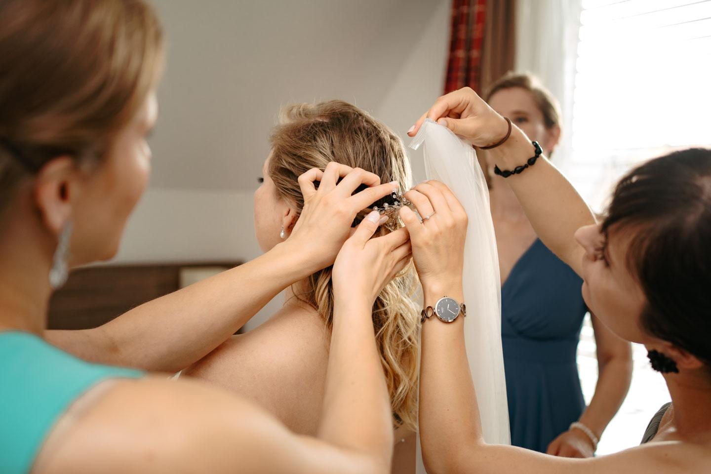 Hochzeitsfotograf | Brautschleier wird angesteckt