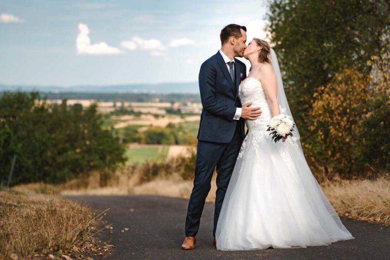 Hochzeitsfotograf | Brautpaar Portrait vor Landschaft