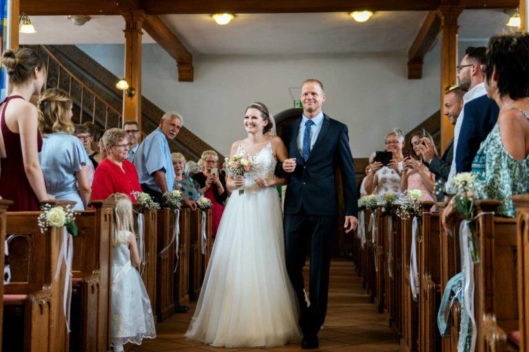 Hochzeitsfotograf | Braut wird von ihrem Papa an den Altar geführt