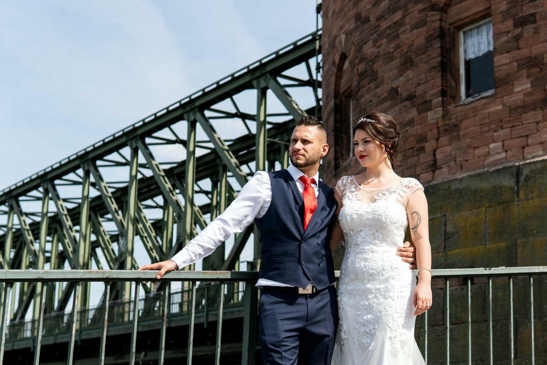 Hochzeitsfotograf | Brautpaar Portraits vor Eisenbahnbrücke