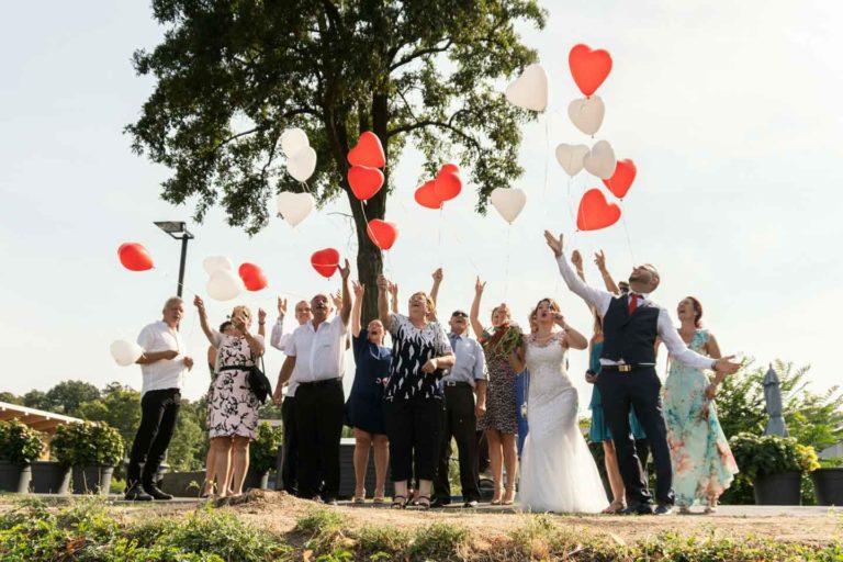 Hochzeitsfotograf | Hochzeitsgesellschaft lässt Luftballons fliegen