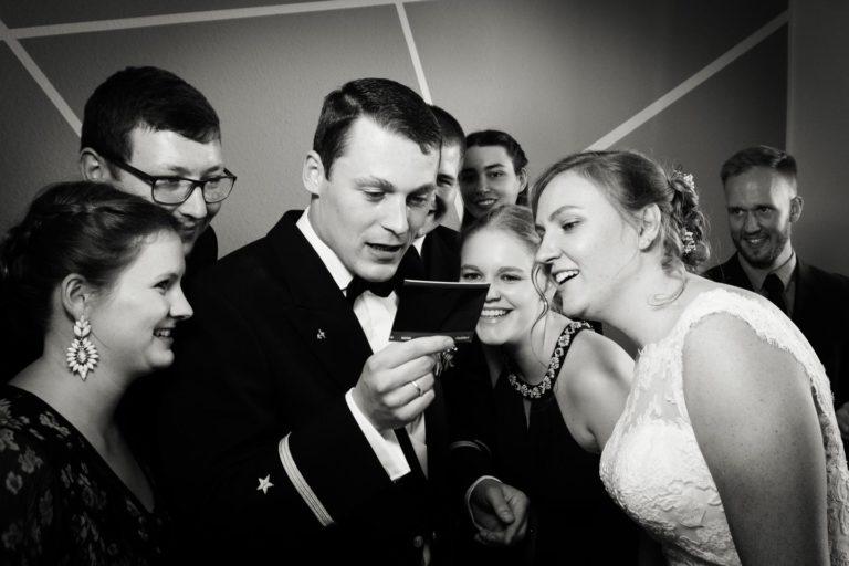 Hochzeitsfotograf | Brautpaar schaut gespannt auf Polaroid Bild