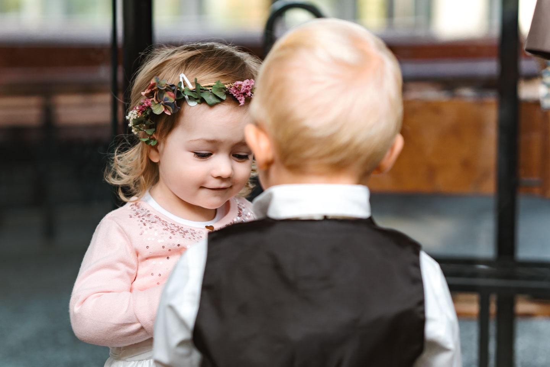 Hochzeitsfotograf | Blumenmädchen mit Freund