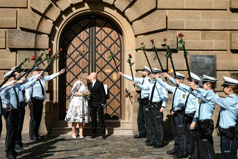 Hochzeitsfotograf | Kuss des Brautpaares Polizei steht spalier