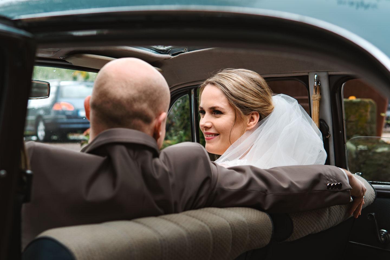 Hochzeitsfotograf | Brautpaar sitz im Brautauto