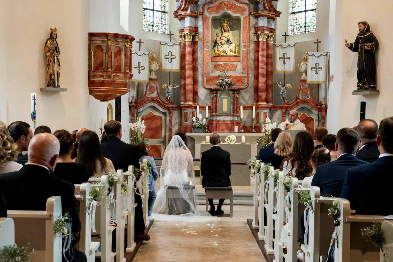 Hochzeitsfotograf | Brautpaar während der kirchlichen Trauung