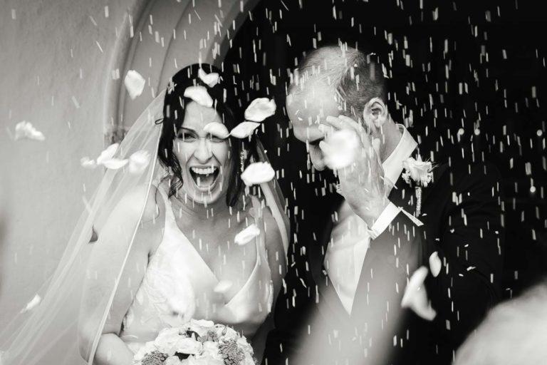 Hochzeitsfotograf | Brautpaar wird mit Reis beworfen