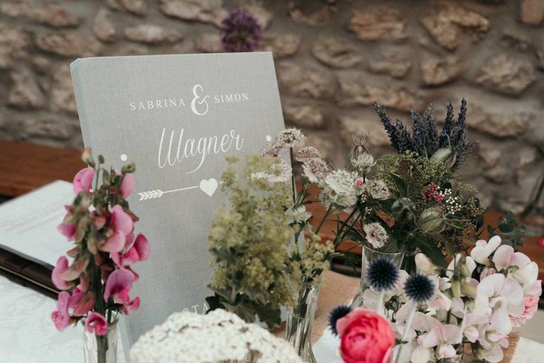 Hochzeitsfotograf | Stammbuch mit Blumendekoration
