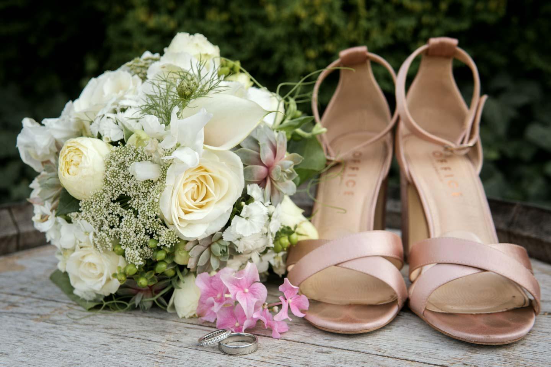 Hochzeitsfotograf | Detailaufnahme Eheringe Brautstrauß und Brautschuhe