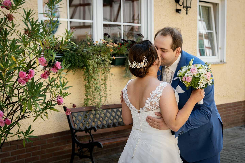 Hochzeitsfotograf | Brautpaar küsst sich