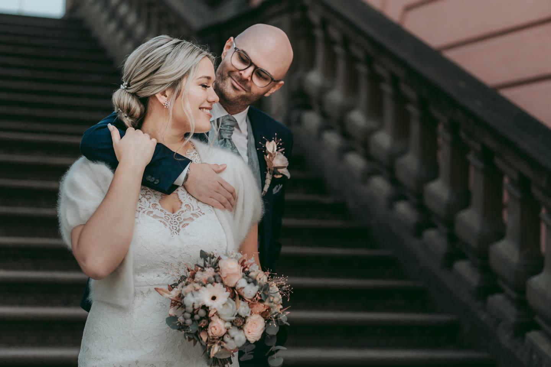 Hochzeitsfotograf Wiesbaden - Brautpaar Portraits auf Treppe